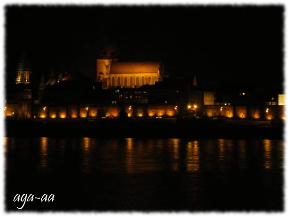 toruń nocą