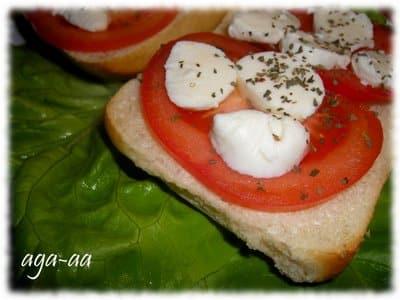 mozzarella z pomidorami