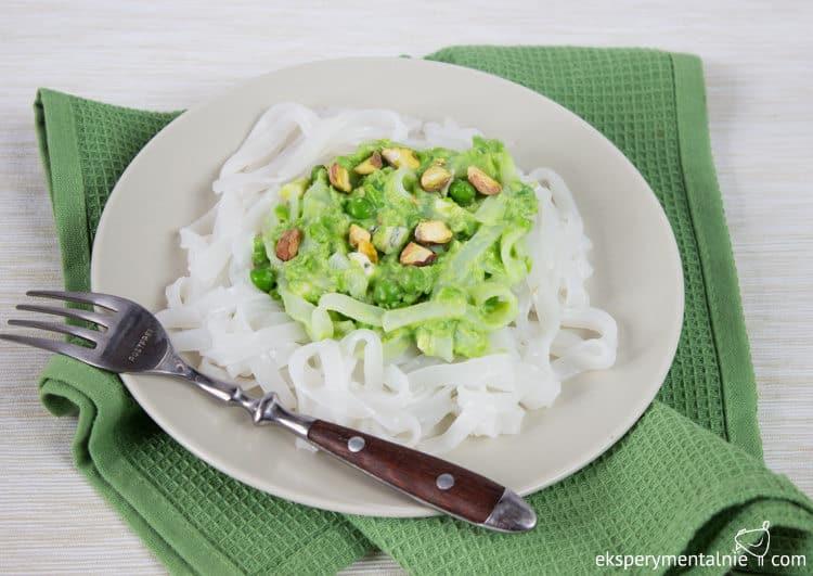 makaron ryżowy z groszkiem i serem