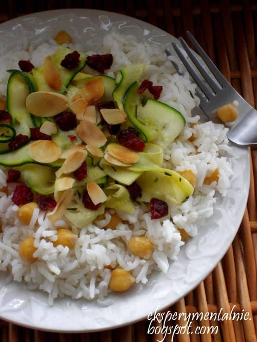 sałatka z ryżu i ciecierzycy