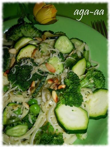 makaron z brokulami i cukinia