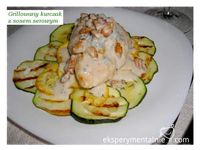 Grillowana pierś z kurczaka z sosem serowo-orzechowym i cukinią