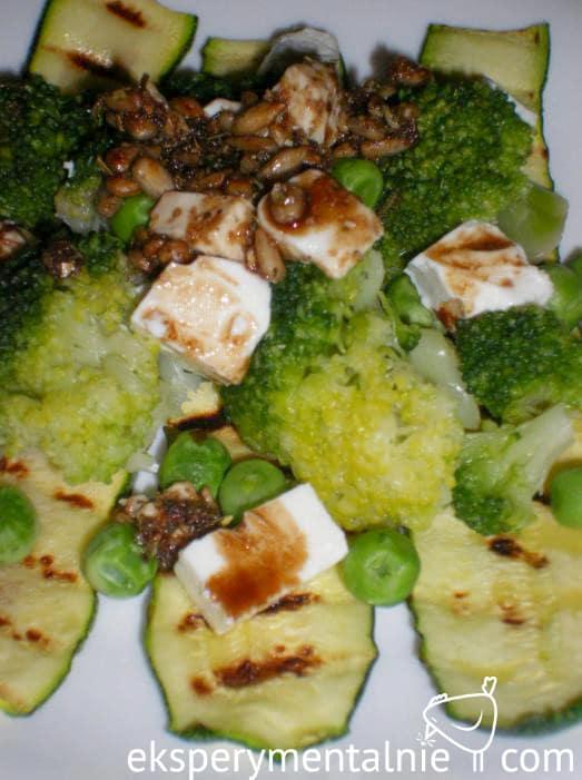 grillowana cukinia z fetą i brokułami