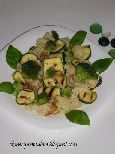 Sałatka z grillowaną cukinią, kaszą kuskus i serem feta