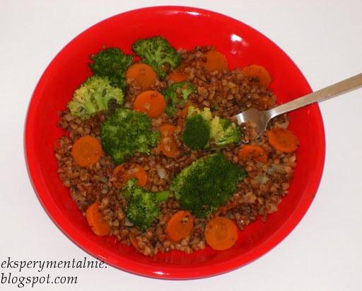 Kasza gryczana z marchewką i brokułem