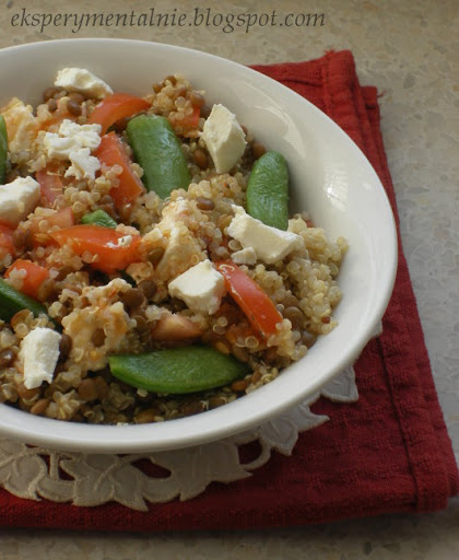 Quinoa z soczewicą, groszkiem i fetą