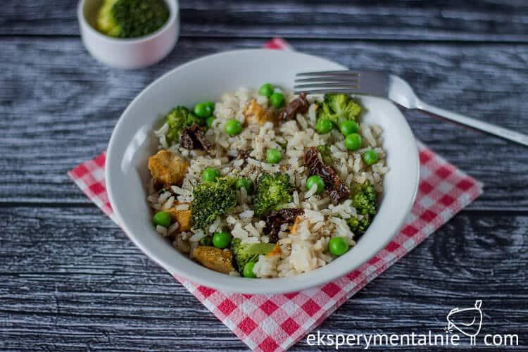smażony ryż z kurczakiem i brokułami