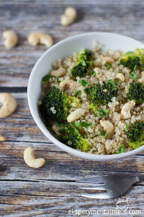 quinoa z brokułami