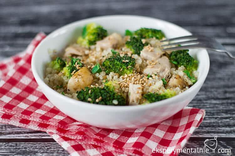 quinoa z brokułami i kurczakiem