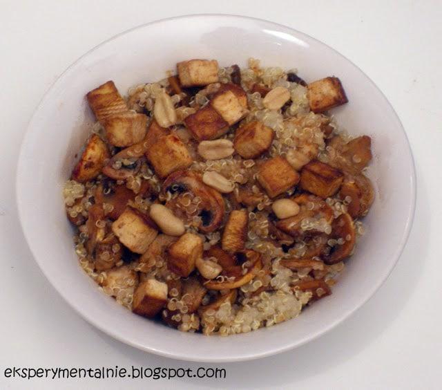 Paprykowa quinoa z pieczarkami i tofu