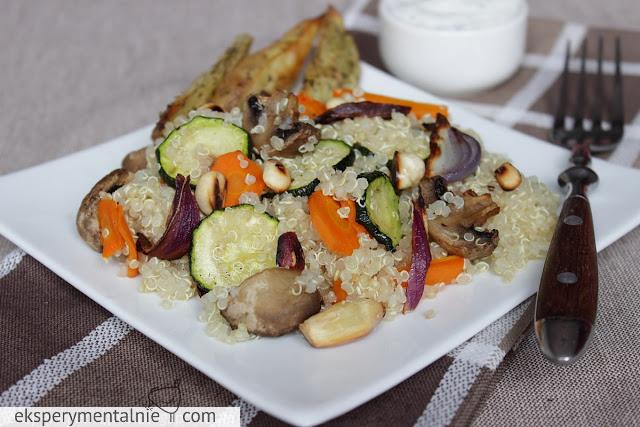 quinoa z pieczonymi warzywami i migdałami