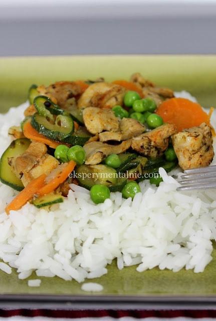 aromatyczny kurczak z warzywami i ryżem