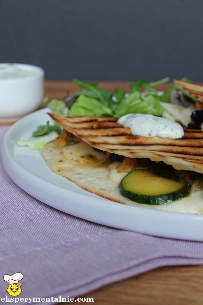 tortilla z kurczakiem i serem mozarella