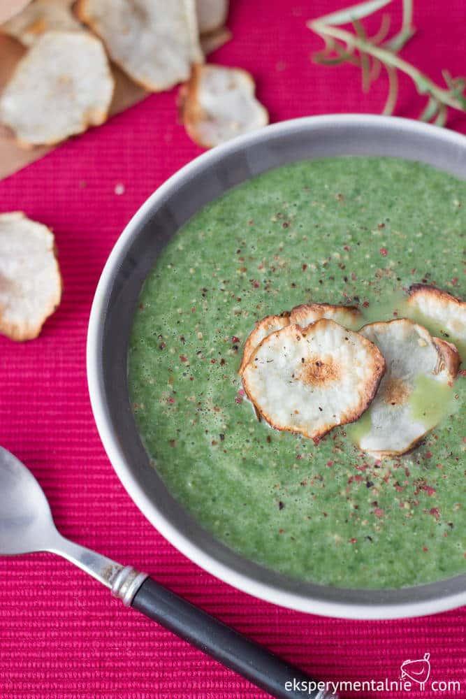 zupa krem z jarmużu i chipsy z topinambura
