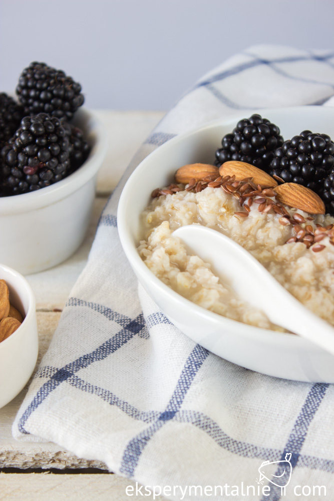 porridge with blackberries and almonds