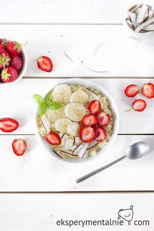 kasza jaglana z truskawkami i bananami