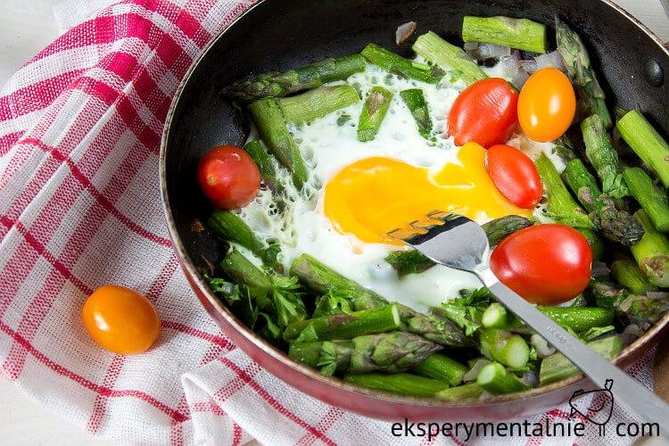 szparagi-i-jajka-sadzone-