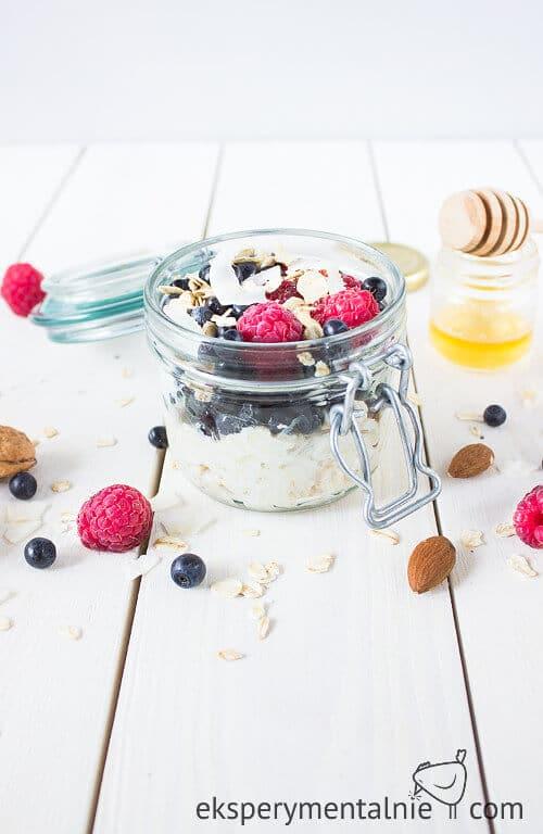 płatki owsiane z jogurtem i malinami i jagodami