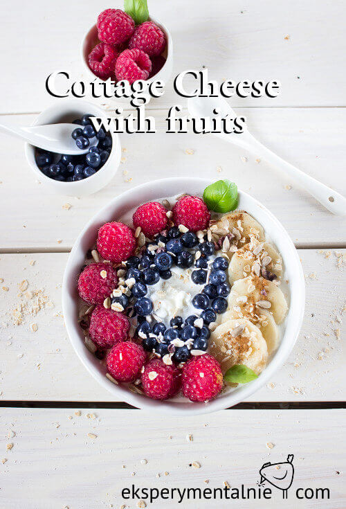Cottage cheese with fruit and oat flakes