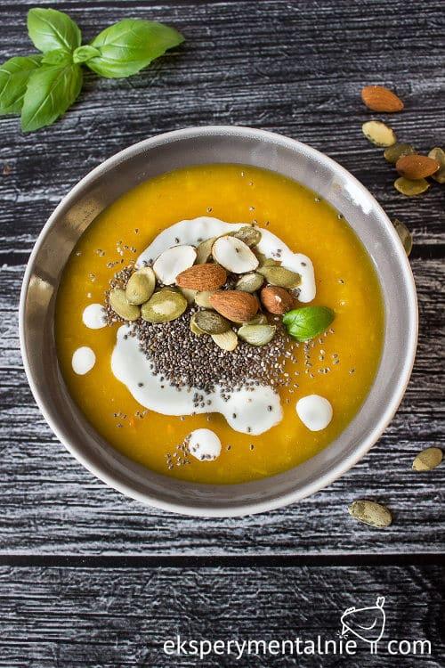 zupa dyniowa z orzechami i chia