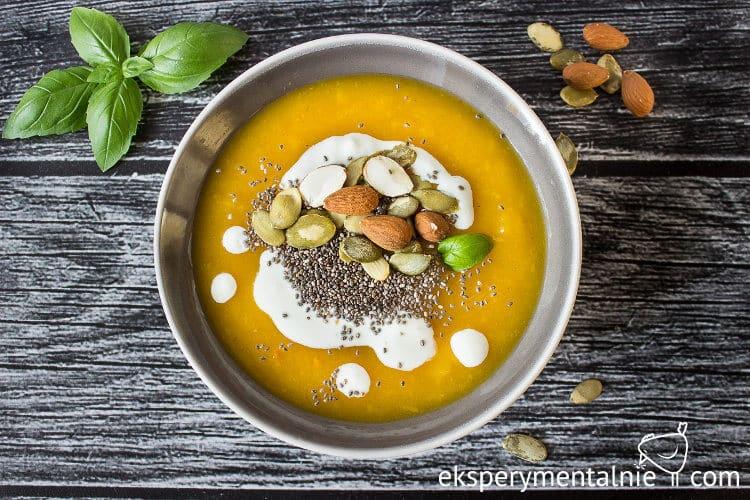 Zupa krem z dyni z orzechami i nasionami chia