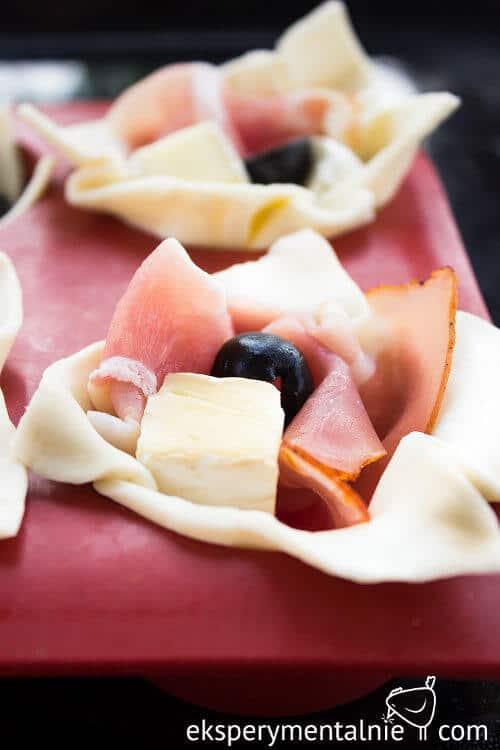 Przekąski na sylwestra - ciasto francuskie z serem i szynką