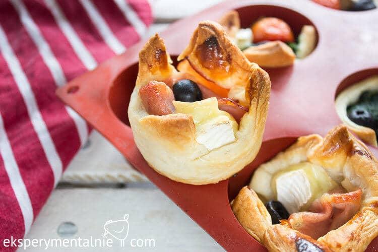 Przekąski sylwestrowe - ciasto francuskie z serem i szynką
