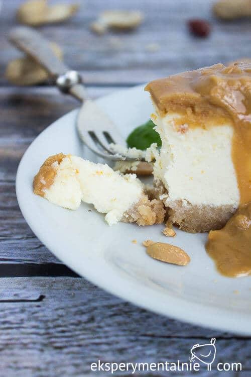 sernik z masłem orzechowym