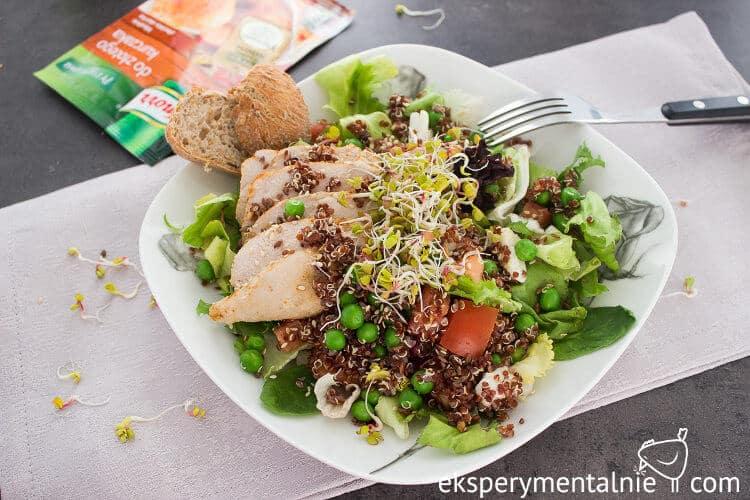 sałatka z kurczakiem i quinoa