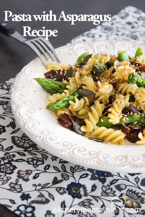 Pasta with asparagus, dried tomatoes and sesam