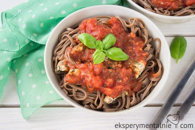 makaron z kurczakiem i sosem pomidorowym