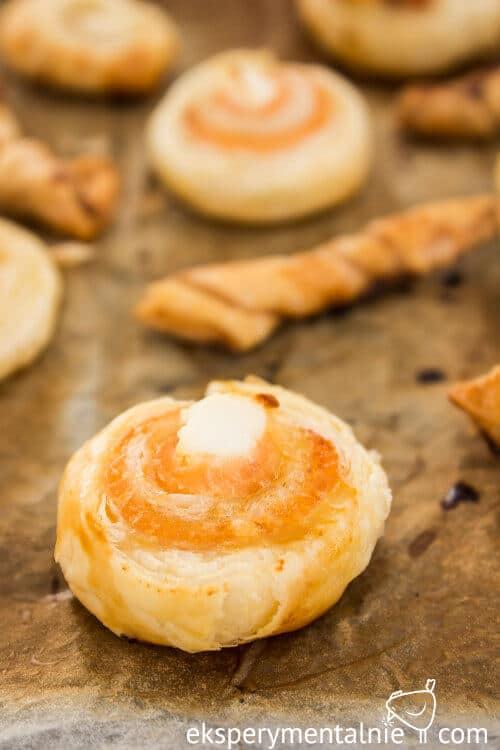 Ciasto francuskie na słono z pieczonym łososiem i fetą