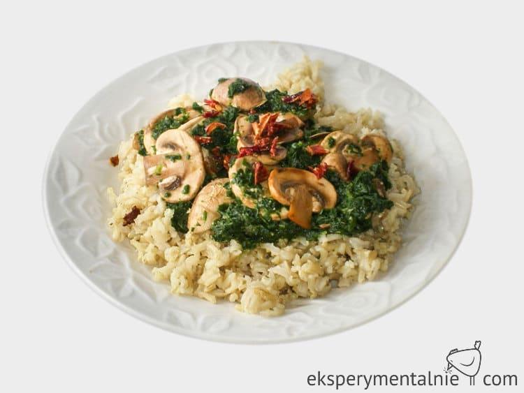 ryż ze szpinakiem i pieczarkami