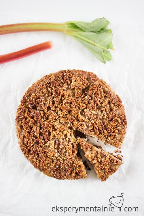 wegańskie ciasto z rabarbarem i kruszonką