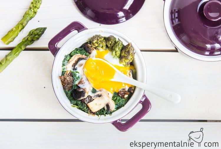 zielone szparagi zapiekane z jajkiem