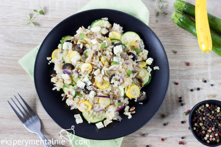 Quinoa z cukinia i serem pleśniowym