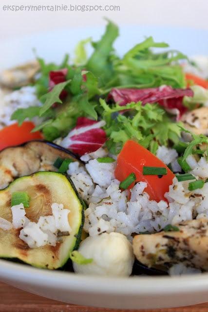 salatka ryzowa z grillowanymi warzywami