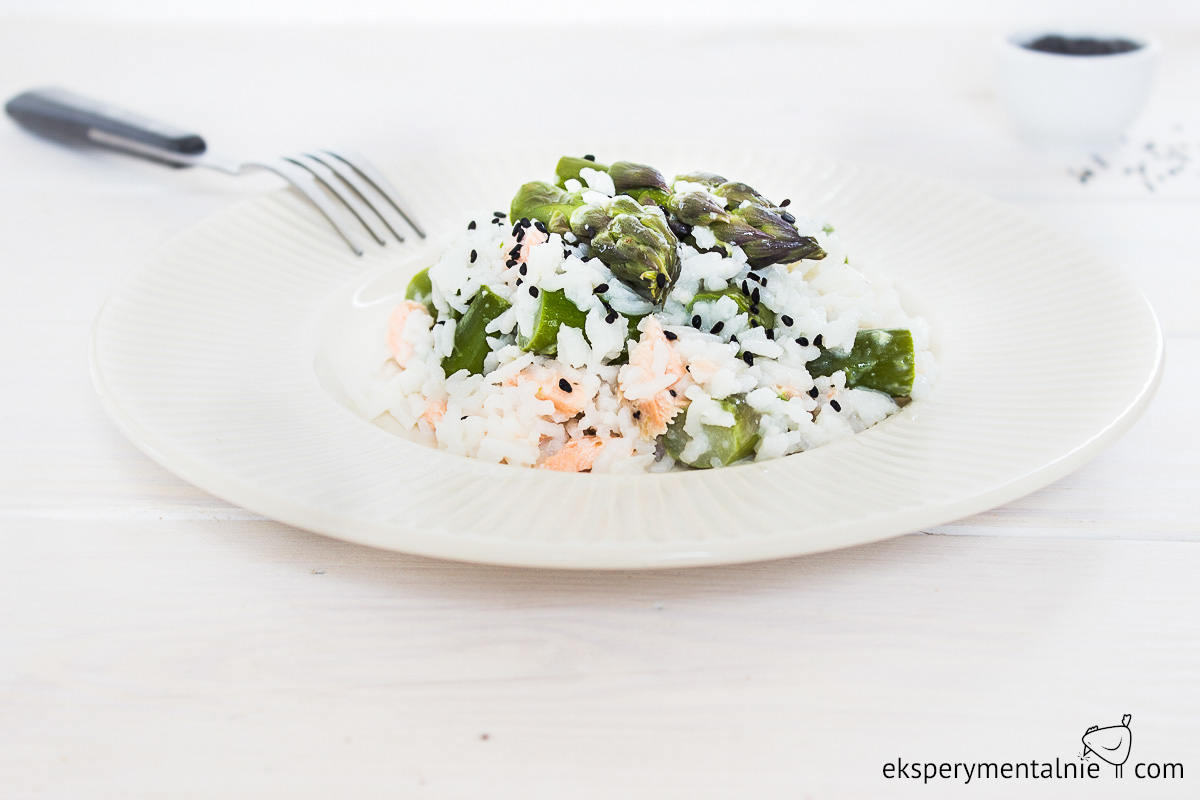 risotto ze szparagami i łososiem